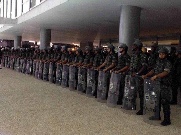 Homens do Batalhão de Choque do Exército se posicionam em frente ao Palácio do Planalto (Foto: Priscilla Mendes)