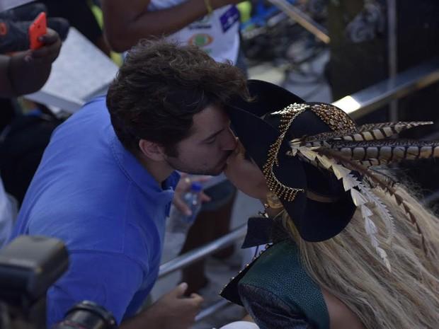 Cláudia beija marido (Foto: Elias Dantas/Ag. Haack)