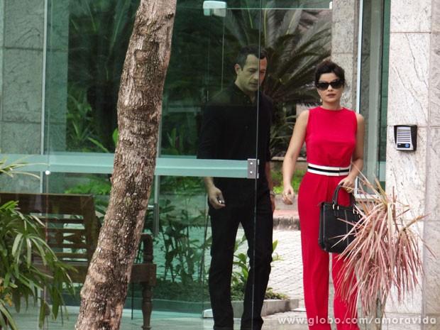 Bruno leva Aline para ver uma casa e os dois são fotografados por Maciel (Foto: Amor à Vida/TV Globo)