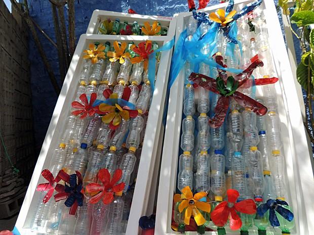 Molduras de porta de geladeira são transformadas em estandartes (Foto: Katherine Coutinho / G1)