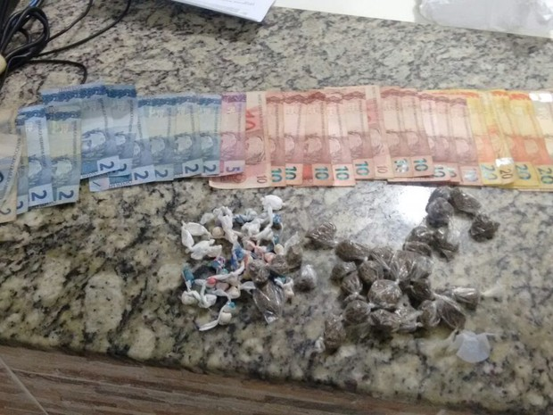 Drogas foram apreendidas com trio (Foto: Polícia Militar/Divulgação)