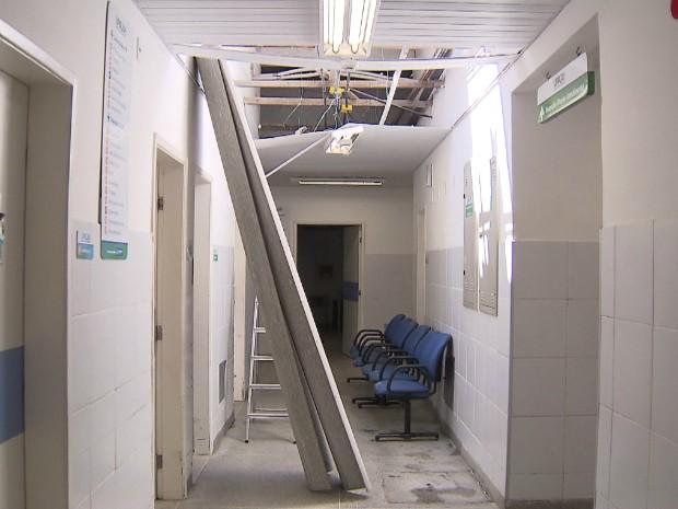 Durante trabalhos na unidade médica, funcionários acabaram pisando em telhas de eternit e caíram em um dos corredores (Foto: Reprodução/TV Bahia)