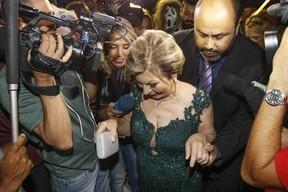 Mãe da noiva assustada (Foto: Celso Tavares/EGO)