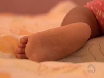 Bebê foi colocado em tambor por assaltantes (Foto: Reprodução/TVCA)
