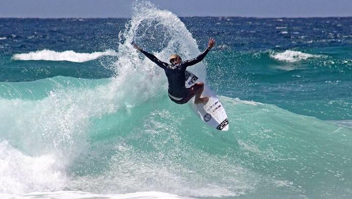 Mateus Sena surfe (Foto: Eros Sena/Divulgação)