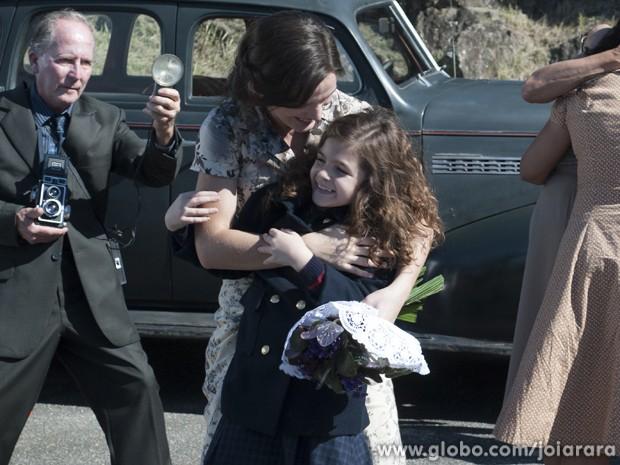 Emoção! Pérola reencontra a mãe na saída da prisão (Foto: Joia Rara / Tv Globo)