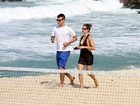 Fernanda Lima e Rodrigo Hilbert se divertem em praia na Zona Sul do Rio