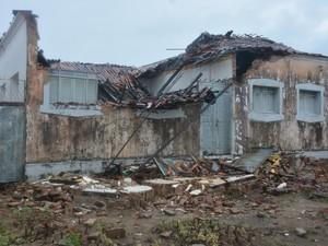 Muro e telhado de antiga escola caíram em Cruz das Armas (Foto: Walter Paparazzo/G1)