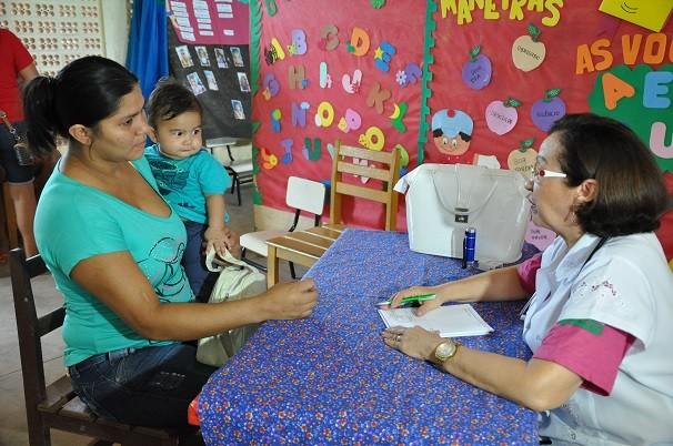 Dra. Maria de Fátima Azevedo oferecendo atendimento de pediatria (Foto: TV Tapajós)