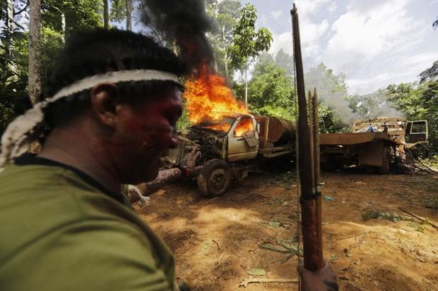 Um caminhão usado para transportar a madeira cortada ilegalmente foi queimado pelos indígenas durante a operação (Foto: Lunae Parracho/Reuters)