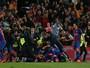 Uefa abre investigação e pode punir o Barcelona por invasão do gramado