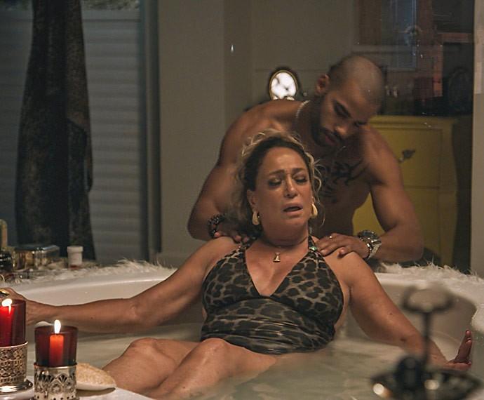 Na pele de Adisabeba, Susana Vieira curte uma jacuzzi com Abner (Foto: TV Globo)