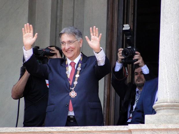 Com o colar da Inconfidência, o novo governador de Minas saúda os mineiros no Palácio da Liberdade (Foto: Pedro Ângelo/G1)