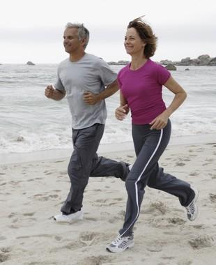 Homem e mulher caminhando euatleta (Foto: Getty Images)