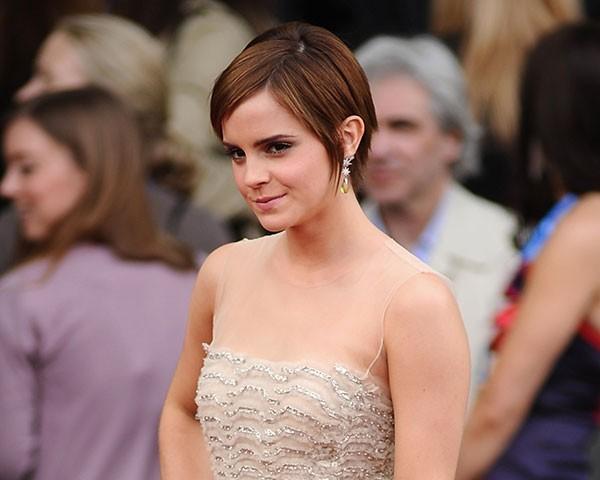 Emma Watson é um exemplo de como fazer o cabelo crescer com elegância (Foto: Getty Images)
