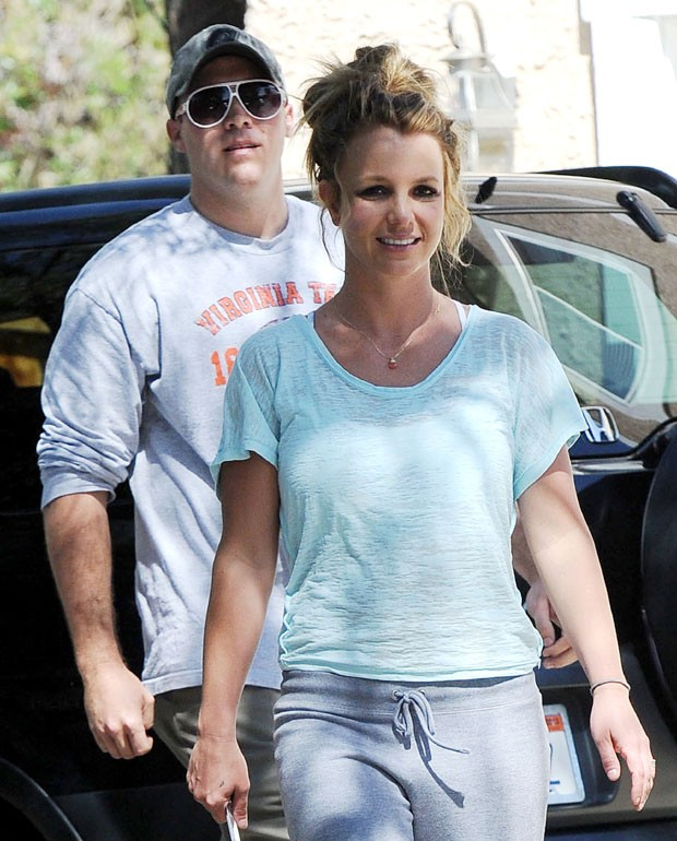 Britney Spears: de visual folgado em passeio com David Lucado (Foto: Splash News)
