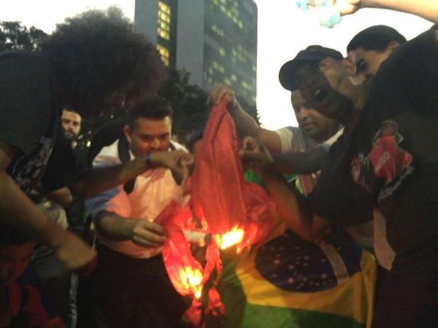 Manifestantes queimam bandeira do PT em ato contra o governo Dilma atrás do Congresso Nacional (Foto: Alexandre Bastos/G1)