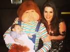 Simony posa com o filho caçula e o personagem Fofão