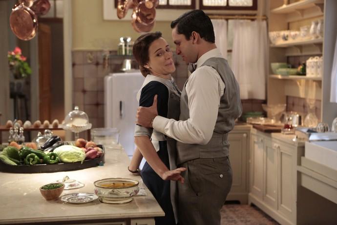 Celso agarra Maria na cozinha (Foto: Felipe Monteiro / Gshow)