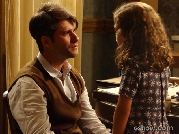 Pérola insiste para pai deixar avô morar lá, mas ele não cede (Foto: Joia Rara/TV Globo)