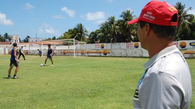 Ramiro Sousa observa treino do CSP (Foto: Expedito Madruga / Globoesporte.com/pb)