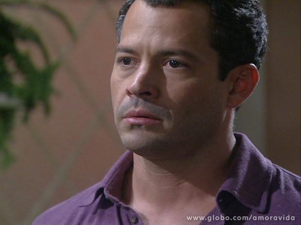 Bruno mal consegue acreditar na proposta de Pilar (Foto: Amor à Vida / TV Globo)