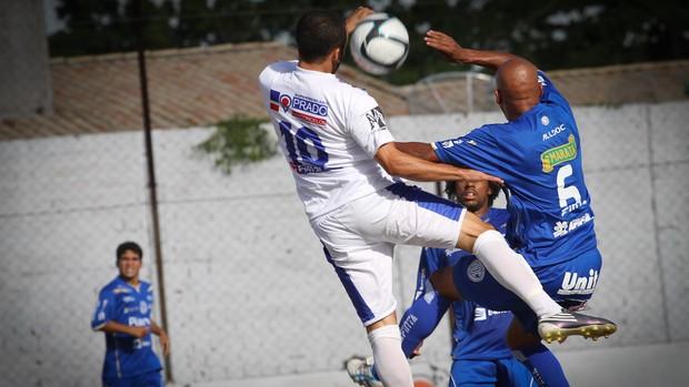 Jogadores do Confiança reclamaram do gramado (Foto: Filippe Araujo/GLOBOESPORTE.COM)
