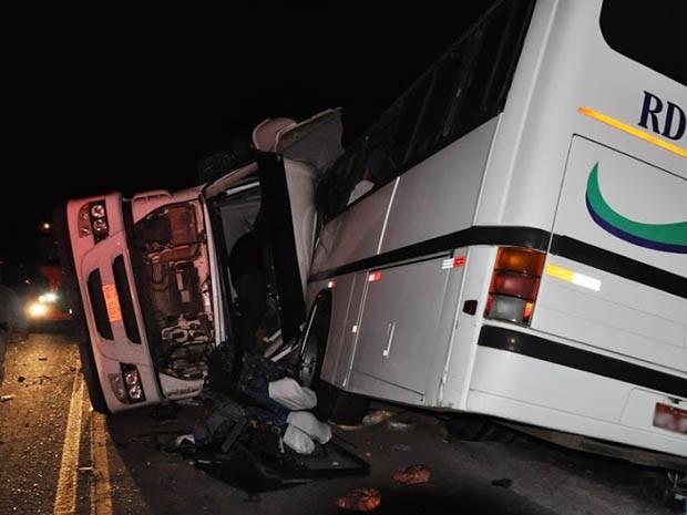 Acidente em Sarandi, RS, entre ônibus e carreta deixa mortos (Foto: Joel de Brito, divulgação/Diário RS)