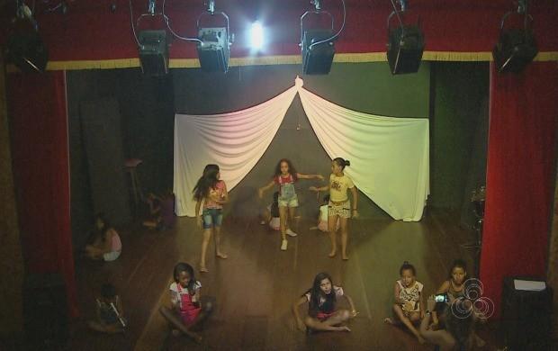 Teatro envolve cerca de 200 pessoas de comunidades carentes de Macapá (Foto: Amazônia Revista)
