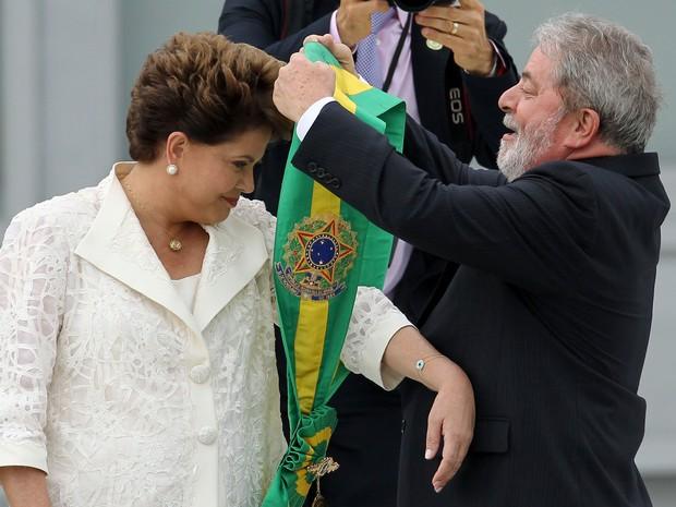 Dilma recebe a faixa do ex-presidente Lula na posse em 2011 (Foto: Celso Junior/Estadão Conteúdo)