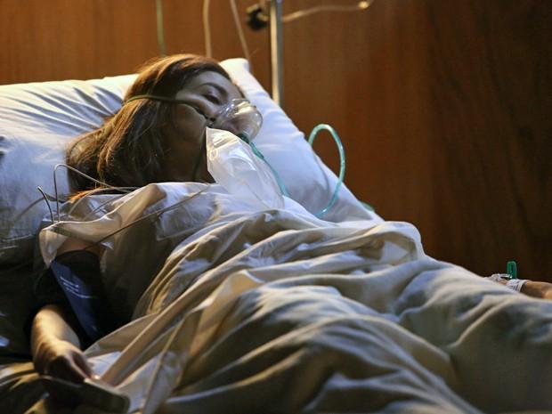 Cora não resiste e morre no hospital (Foto: Raphael Dias/ Gshow)