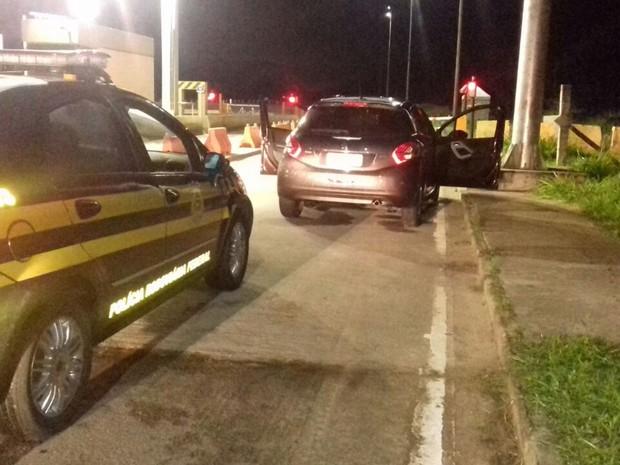 Suspeitos foram abordados perto de praça do pedágio da Via Parafuso (Foto: Divulgação/ PRF Bahia)