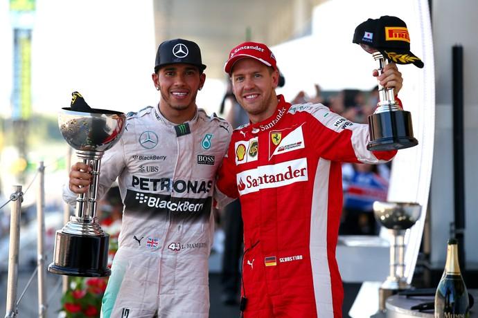 Hamilton, vencedor, e Vettel, terceiro colocado, posam juntos no GP do Japão (Foto: Getty Images)