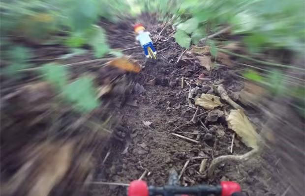 Vídeo inclui cenas em 'primeira pessoa', como se o boneco tivesse uma câmera acoplada ao capacete (Foto: Reprodução/YouTube/Xtreme Videos)