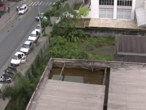Telhado de prédio público acumulava água em Joinville (Foto: Reprodução/RBS TV)