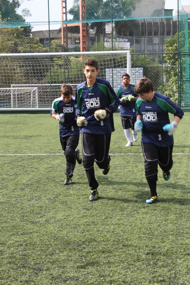 Meninos treinam na escola de goleiros de Zetti (Foto: Ale Ougata)