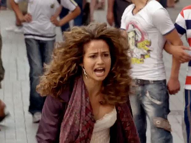 Morena corre desesperada em busca de ajuda (Foto: Salve Jorge/TV Globo)