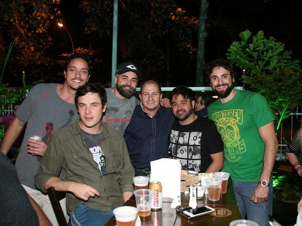 Allan Souza Lima, Sérgio Guizé, Márcio Kieling e amigos em inauguração de restaurante na Zona Oeste do Rio (Foto: Divulgação)