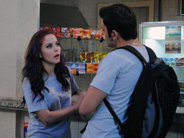 Bernardo entrega colar e pede para Débora incriminar Tamtam (Foto: Malhação / Tv Globo)
