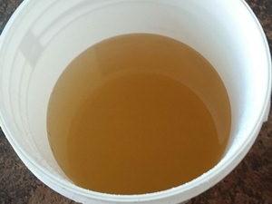 Morador fotografou a água que sai da torneira (Foto: TEM Você)