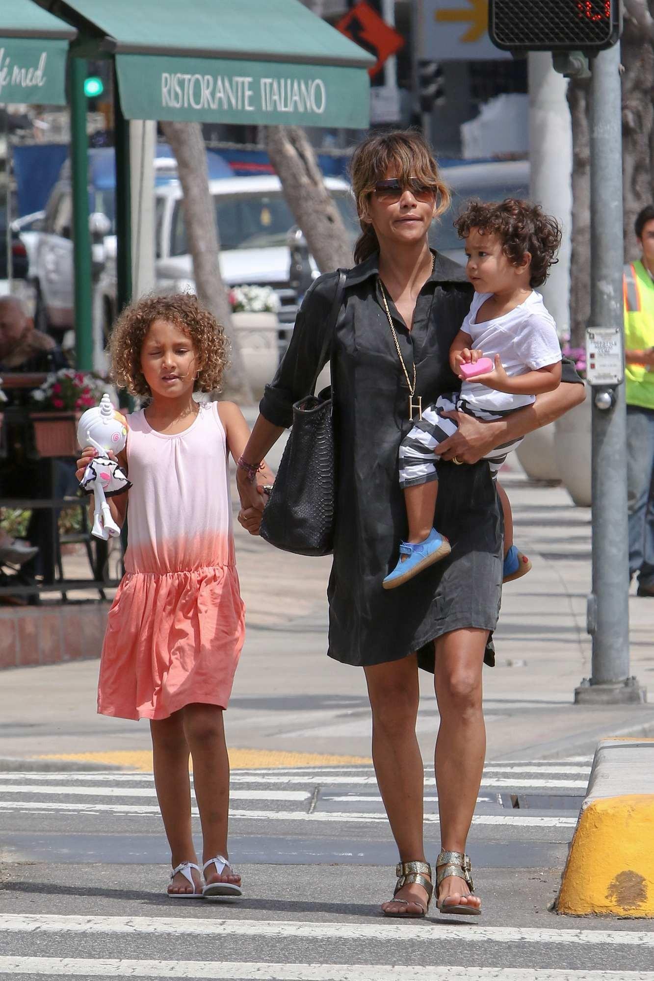 Halle Berry passeando com seu casal de filhos (Foto: Divulgação)