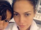 Jennifer Lopez posa sem maquiagem com o filho, Max