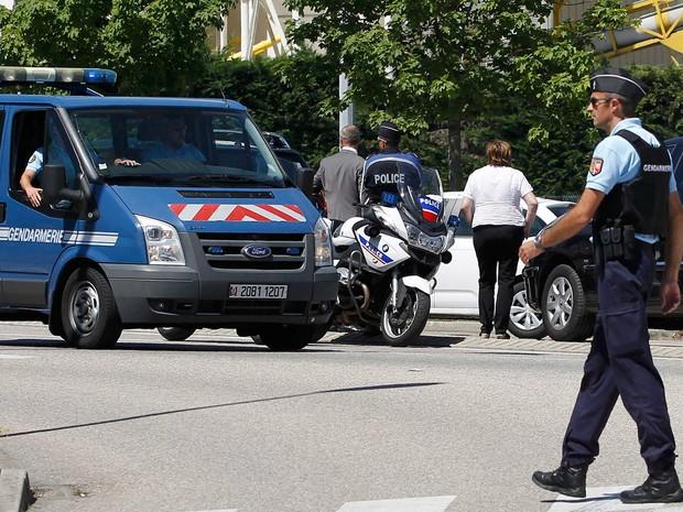 Policiais franceses colocam bloqueios na rua de acesso à área industrial da Saint-Quentin-Fallavier, perto de Lyon, na França, onde uma usina de gás foi alvo de um atentado terrorista (Foto: Emmanuel Foudrot/Reuters)