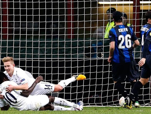 Emmanuel Adebayor gol Tottenham Inter de Milão (Foto: Reuters)