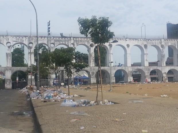 Lapa amanhece repleta de lixo (Foto: Renata Soares/G1)