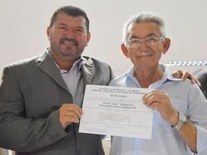 Paulo José Sarmento (à esquerda), com o pai, durante a diplomação (Foto: Reprodução / Facebook)
