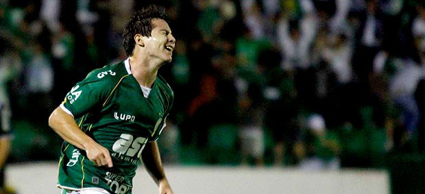 medina guarani gol ponte preta (Foto: Gustavo Tilio / Globoesporte.com)