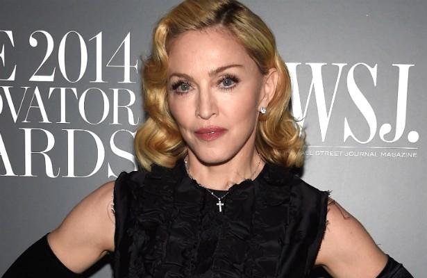 Por onde passa, Madonna manda desligar os aparelhos de ar-condicionado, para proteger suas cordas vocais. Parece razoável, não? Mas num show em Londres em 2006 os fãs tiveram de aguentar uma temperatura de 32ºC num local fechado, do começo ao fim da apresentação! Ninguém merece, Madge. (Foto: Getty Images)