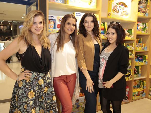 Carolinie Figueiredo, Nívea Stelmann, Larissa Maciel e Karen Brustolin, grávida, em loja no Rio (Foto: Felipe Panfili/ Ag. News)
