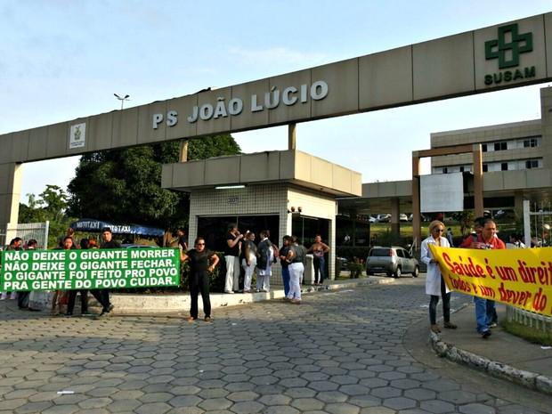 Manifestantes citam falta de medicamentos  (Foto: Adneison Severiano/G1 AM)